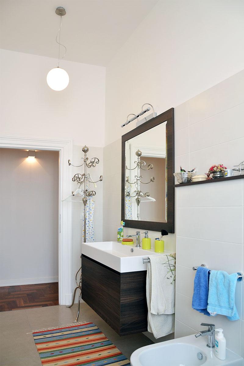 Ristrutturazione appartamento a roma 100 mq - Rivestimento bagno bianco ...